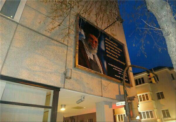 نصب تابلویی از دومین نامه رهبر انقلاب به جوانان غربی در شهر دلمن هورست آلمان.jpg (600×418)