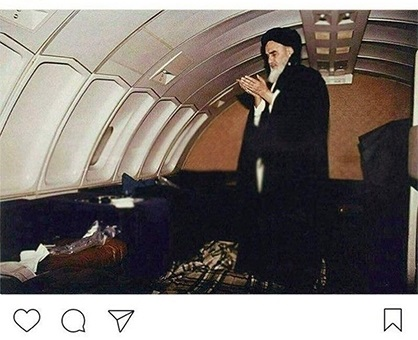 عکس نماز اول وقت امام خمینی(ره) در هواپیما.jpg (418×340)