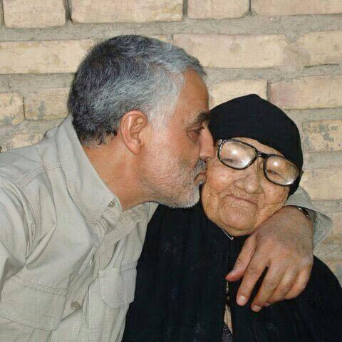 عکس حاج قاسم سلیمانی در کنار مادرشان 1.jpg (480×480)
